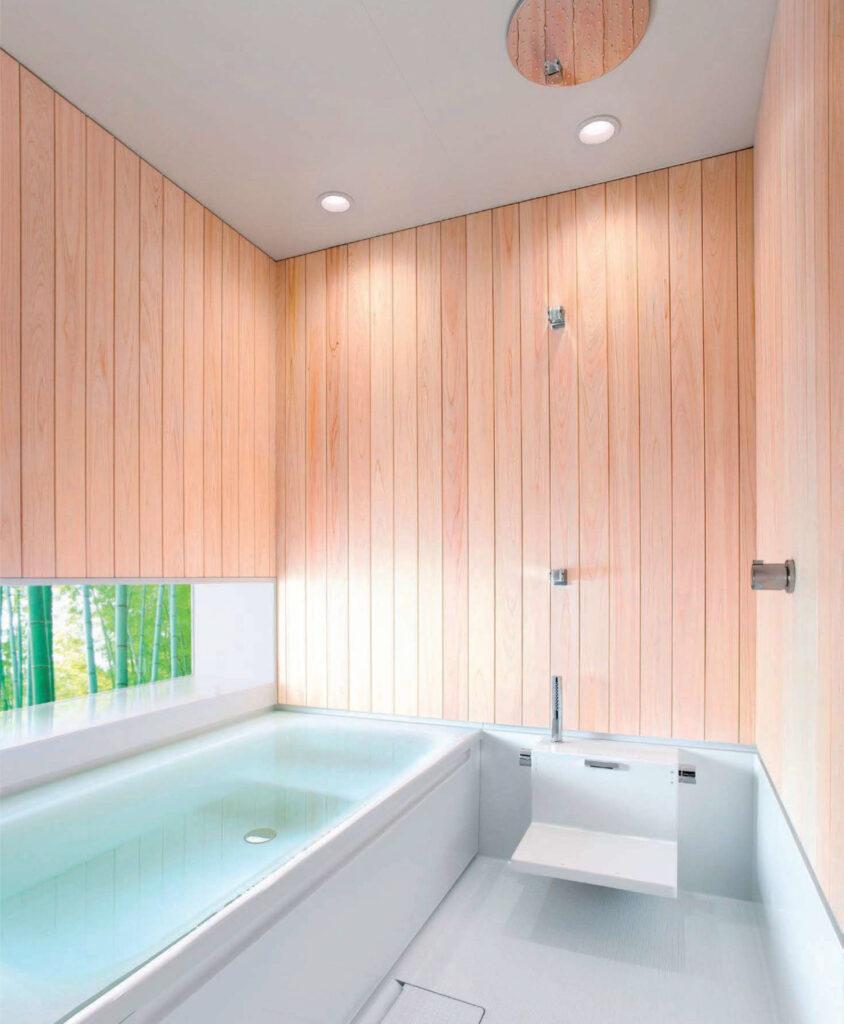 壁を木材で仕上げた浴室 画像提供TOTO